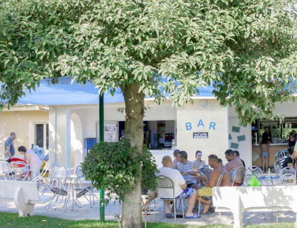 il bar della piscina nel parco del villaggio