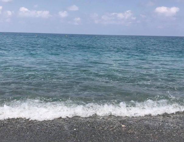 Il mare sulla spiaggia del villaggio