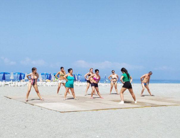 Gli ospiti del villaggio svolgono alcune attività dell'animazione in spiaggia