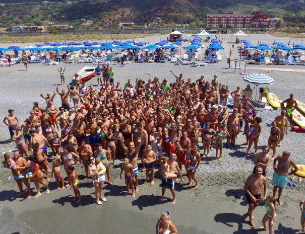 persone ed ombrelloni sullo sfondo