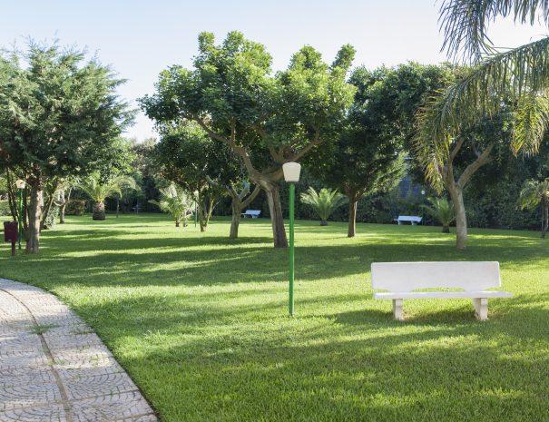 Il parco dell'Hotel Villaggio Eurolido con viali alberi e panchine