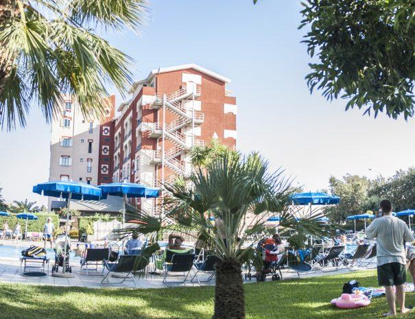La piscina e gli alberi nel parco del villaggio