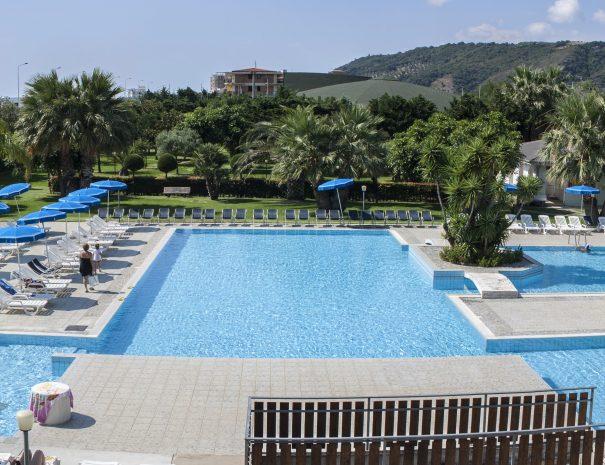 La piscina ed il parco del villaggio vacanze eurolido