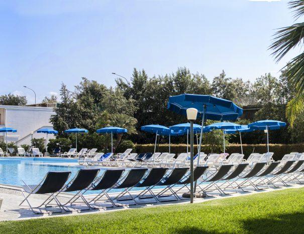 la piscina nel parco del villaggio