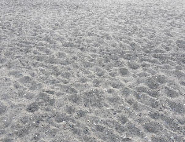 la sabbia della spiaggia del villaggio