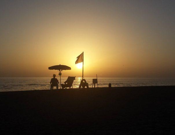tramonto ed ombrellone del bagnino